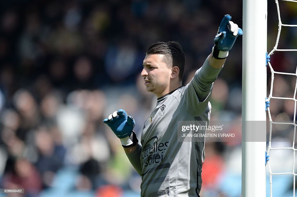 Nice's French goalkeeper Yoan Cardinale gestures during the French L1 football match between Nantes and Nice on April 30, 2016 at the Beaujoire stadium in Nantes, western France.