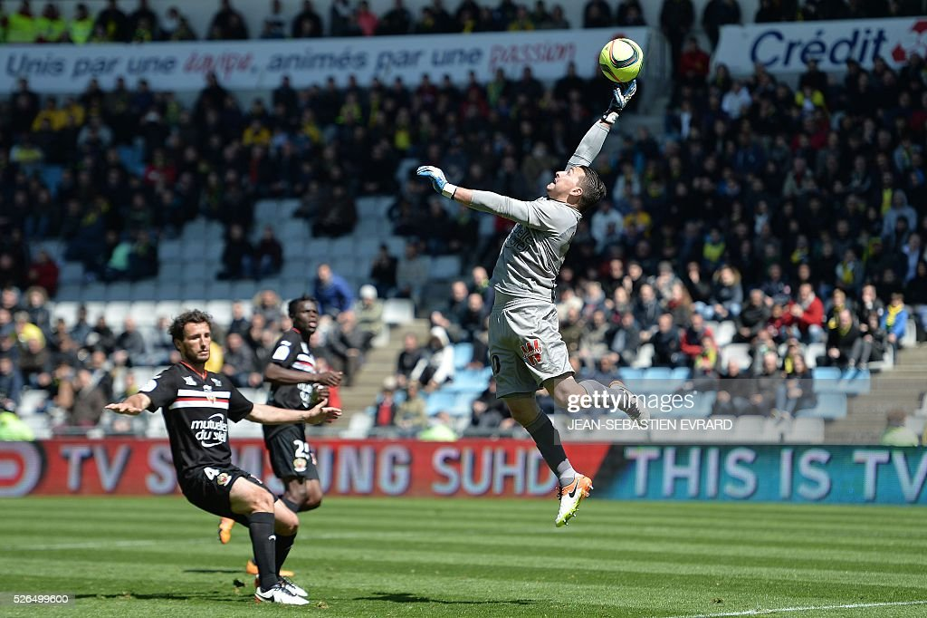 Nice's French goalkeeper Yoan Cardinale (R) makes a save during the French L1 football match between Nantes and Nice on April 30, 2016 at the Beaujoire stadium in Nantes, western France.