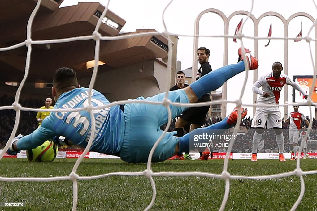 Nice's French goalkeeper Yoan Cardinale stops a ball during the French L1 football match between Monaco (ASM) and Nice (OGCN) at Louis II Stadium in Monaco on February 6, 2016. AFP PHOTO / VALERY HACHE / AFP / VALERY HACHE