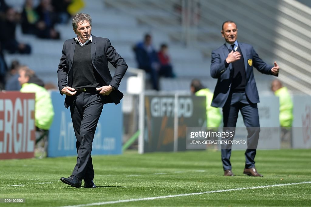 Nice's French head coach Claude Puel (L) and Nantes' French Armenian head coach Michel Der Zakarian gesture during the French L1 football match between Nantes and Nice on April 30, 2016 at the Beaujoire stadium in Nantes, western France.