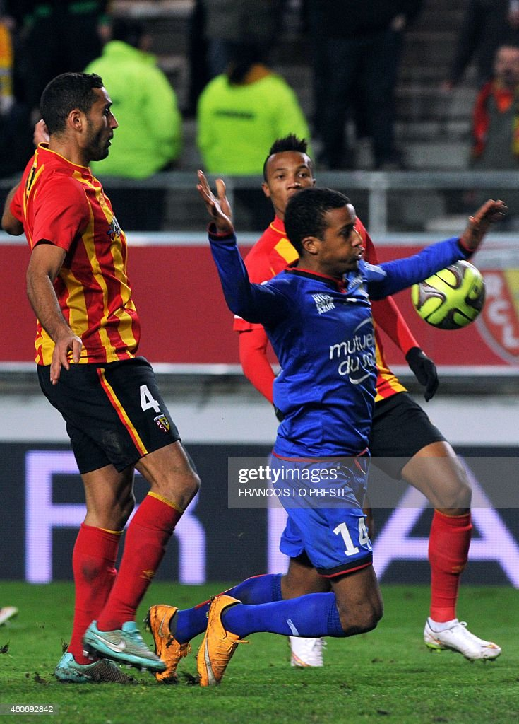 Nice's French midfielder Alassane Plea (R) falls next to Lens' Moroccan defender Ahmed Kantari (L) during the French L1 football match Lens (RCL) vs Nice (OGCN) on December 19, 2014 at the Licorne Stadium in Amiens, northern France.