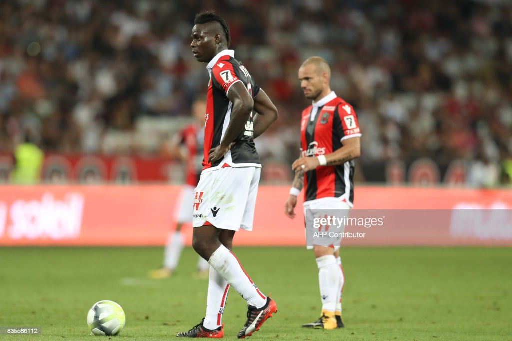 Nice's Italian forward Mario Balotelli (L) and Nice's Dutch midfielder Wesley Sneijder (R) stand on the pitch during the French L1 football match Nice (OGCN) vs Guingamp (EAG) on August 19, 2017 at the 'Allianz Riviera' stadium in Nice, southeastern France. /