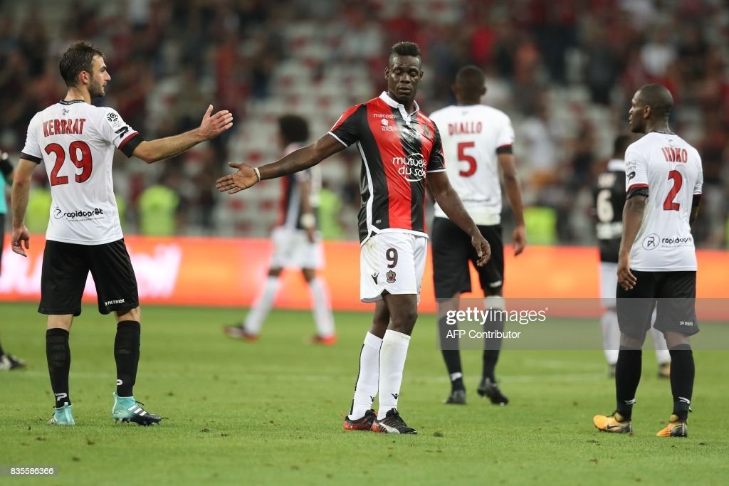 Nice's Italian forward Mario Balotelli (C) shakes hands with Guingamp's French defender Christophe Kerbrat after the French L1 football match Nice (OGCN) vs Guingamp (EAG) on August 19, 2017 at the 'Allianz Riviera' stadium in Nice, southeastern France. /