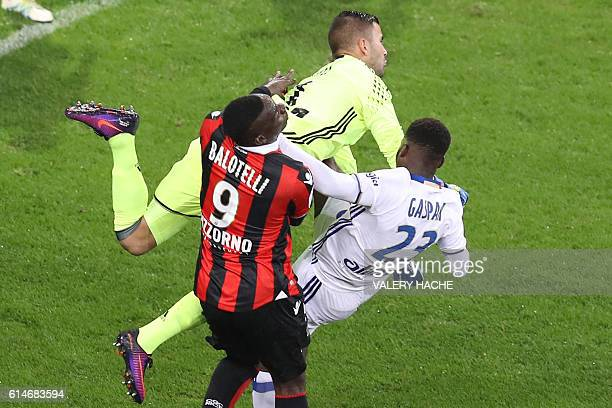 Nice's Italian forward Mario Balotelli vies with Lyon's Portuguese goalkeeper Anthony Lopes and Lyon's Jordy Gaspar during the French L1 football...
