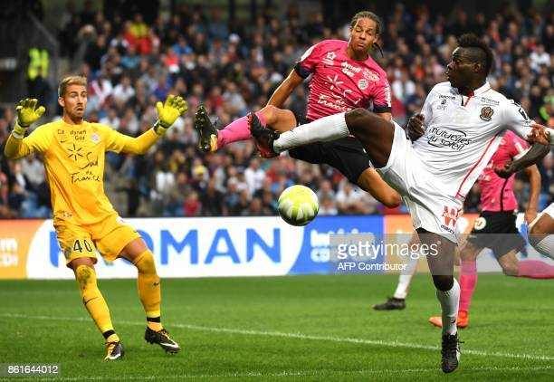 Nice's Italian forward Mario Balotelli vies with Montpellier's French defender Daniel Congre and Montpellier's French goalkeeper Benjamin Lecomte...