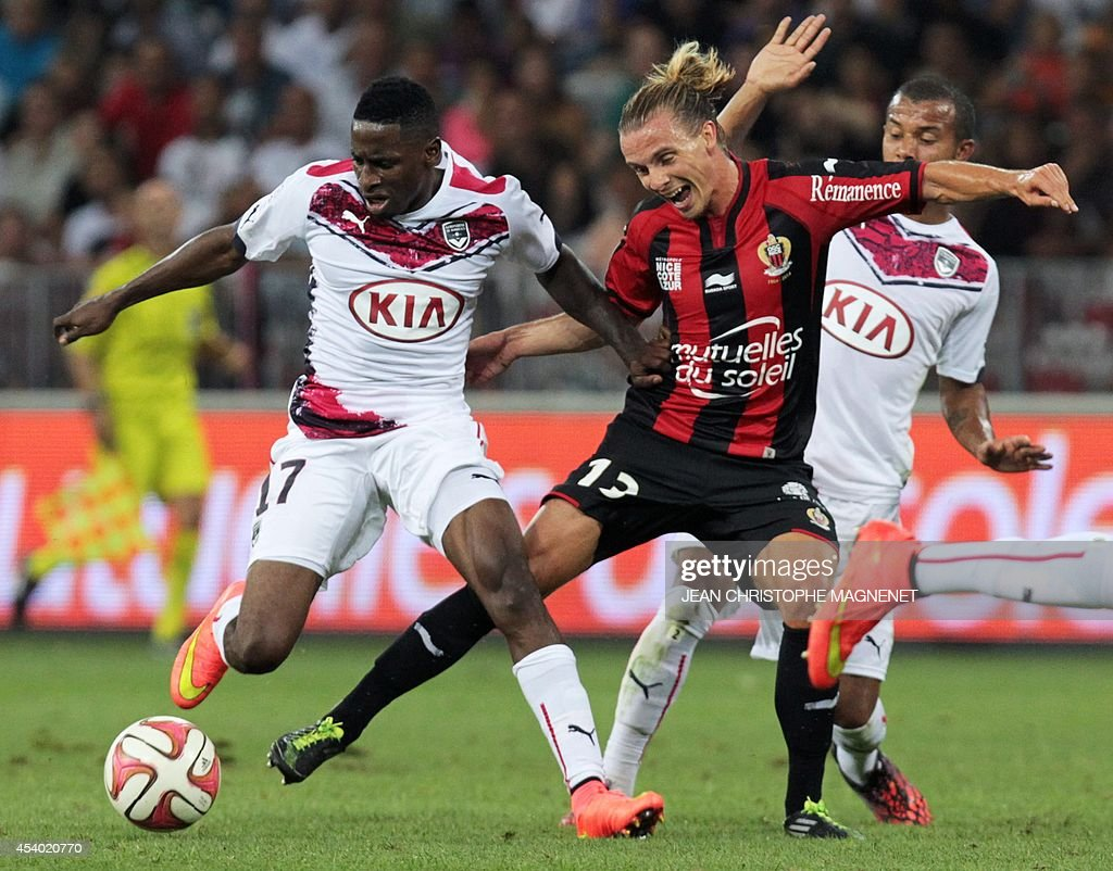 Nice's Swedish midfielder Niklas Hult (R) vies with Bordeaux's Gabonese midfielder Andre Biyogo Poko (L) during the French L1 football match Nice (OGCN) vs Bordeaux (FCGB) on August 23, 2014 at the Allianz Riviera stadium, in Nice, southeastern France.