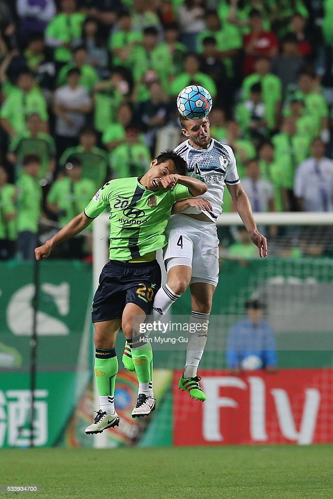 Nicholas Ansell of Melbourne Victory and Lee Dong-Gook of Jeonbuk Hyundai Motors compete for the ball during the AFC Champions League Round Of 16 match between Jeonbuk Hyundai Motors and Melbourne Victory at Jeonju World Cup Stadium on May 24, 2016 in Jeonju, South Korea.