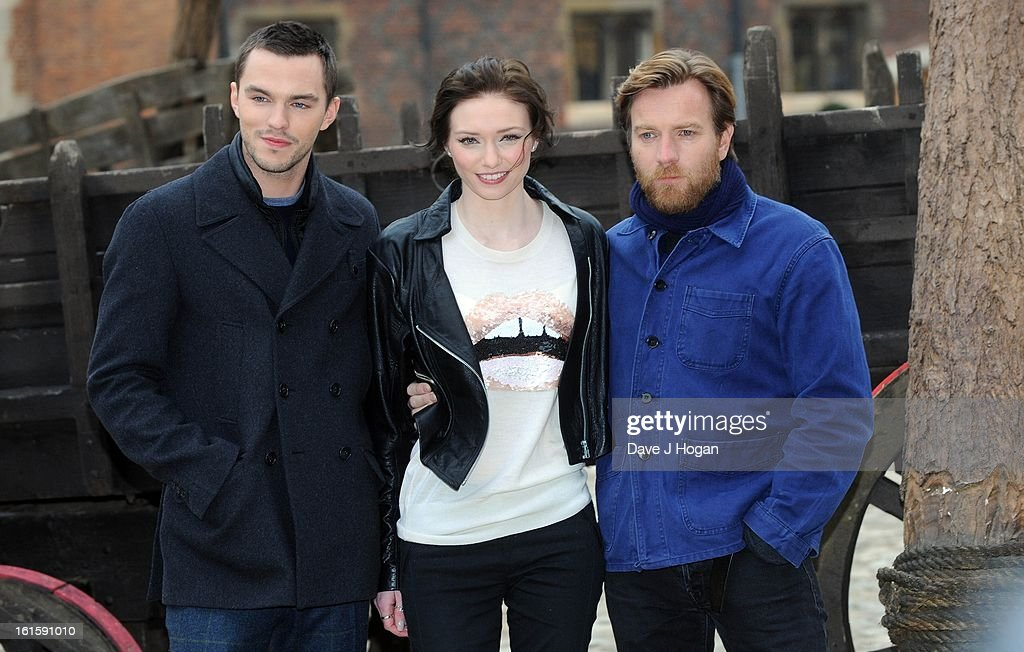 <a gi-track='captionPersonalityLinkClicked' href=/galleries/search?phrase=Nicholas+Hoult&family=editorial&specificpeople=598892 ng-click='$event.stopPropagation()'>Nicholas Hoult</a>, <a gi-track='captionPersonalityLinkClicked' href=/galleries/search?phrase=Eleanor+Tomlinson&family=editorial&specificpeople=2649367 ng-click='$event.stopPropagation()'>Eleanor Tomlinson</a> and <a gi-track='captionPersonalityLinkClicked' href=/galleries/search?phrase=Ewan+McGregor&family=editorial&specificpeople=202863 ng-click='$event.stopPropagation()'>Ewan McGregor</a> attend a photocall for 'Jack The Giant Slayer' at Hampton Court Palace on February 12, 2013 in London, England.