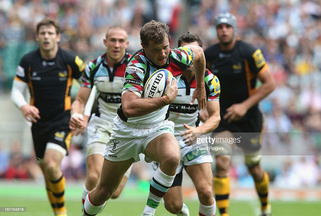 Nick Evans of Harlequins breaks clear to score a try during the Aviva Premiership match between London Wasps and Harlequins at Twickenham Stadium on...