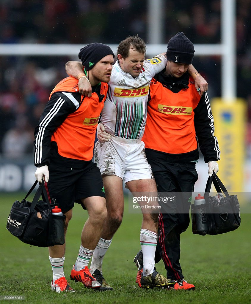 <a gi-track='captionPersonalityLinkClicked' href=/galleries/search?phrase=Nick+Evans+-+Jugador+de+rugby&family=editorial&specificpeople=724634 ng-click='$event.stopPropagation()'>Nick Evans</a> of Harlequins is helped off the pitch after being injured during the Aviva Premiership match between Gloucester Rugby and Harlequins at Kingsholm Stadium on February 13, in Gloucester, England.