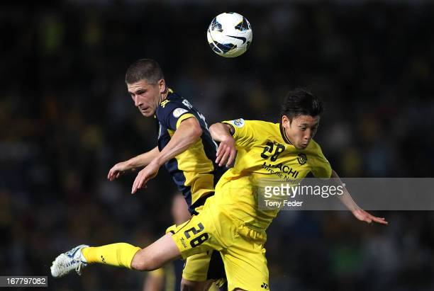 Nick Montgomery of the Mariners contests a header with Kurisawa Ryoichi of Kashiwa during the AFC Champions League match between the Central Coast...
