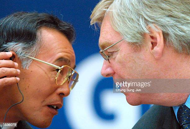Nick Reilly President and CEO of GM Daewoo Auto Technology Co speaks with Kakei Yoshihiko Director of Suzuki Motor Corp during a news conference at...