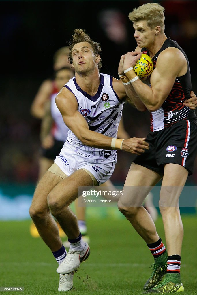 <a gi-track='captionPersonalityLinkClicked' href=/galleries/search?phrase=Nick+Riewoldt&family=editorial&specificpeople=176552 ng-click='$event.stopPropagation()'>Nick Riewoldt</a> of the Saints marks in front of Lee Spurr of the Dockers during the round 10 AFL match between the St Kilda Saints and the Fremantle Dockers at Etihad Stadium on May 28, 2016 in Melbourne, Australia.