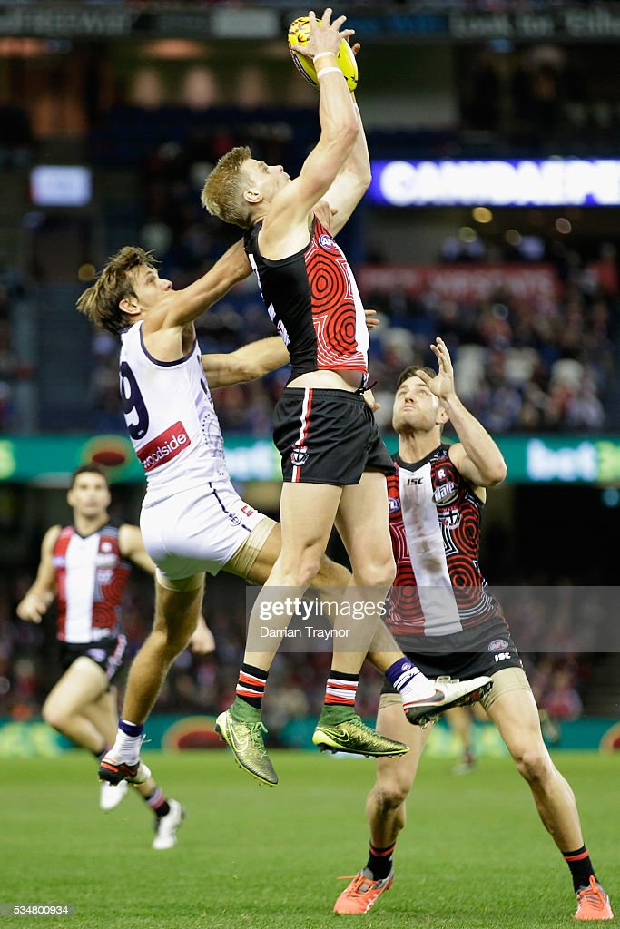 <a gi-track='captionPersonalityLinkClicked' href=/galleries/search?phrase=Nick+Riewoldt&family=editorial&specificpeople=176552 ng-click='$event.stopPropagation()'>Nick Riewoldt</a> of the Saints marks the ball during the round 10 AFL match between the St Kilda Saints and the Fremantle Dockers at Etihad Stadium on May 28, 2016 in Melbourne, Australia.