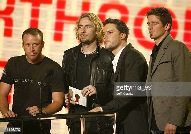 Nickelback presents award for Favorite Breakthrough Artist