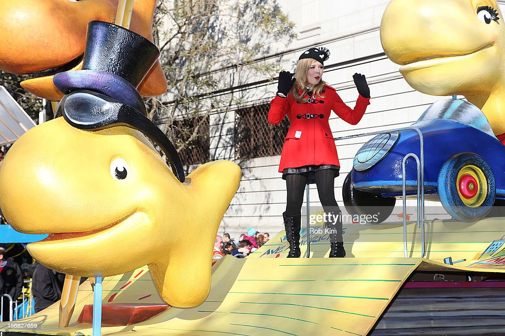 Nickelodeon star <a gi-track='captionPersonalityLinkClicked' href=/galleries/search?phrase=Jennette+McCurdy&family=editorial&specificpeople=2851877 ng-click='$event.stopPropagation()'>Jennette McCurdy</a> with Finn and Pepperidge Farm Goldfish attend the 86th Annual Macy's Thanksgiving Day Parade on November 22, 2012 in New York City.