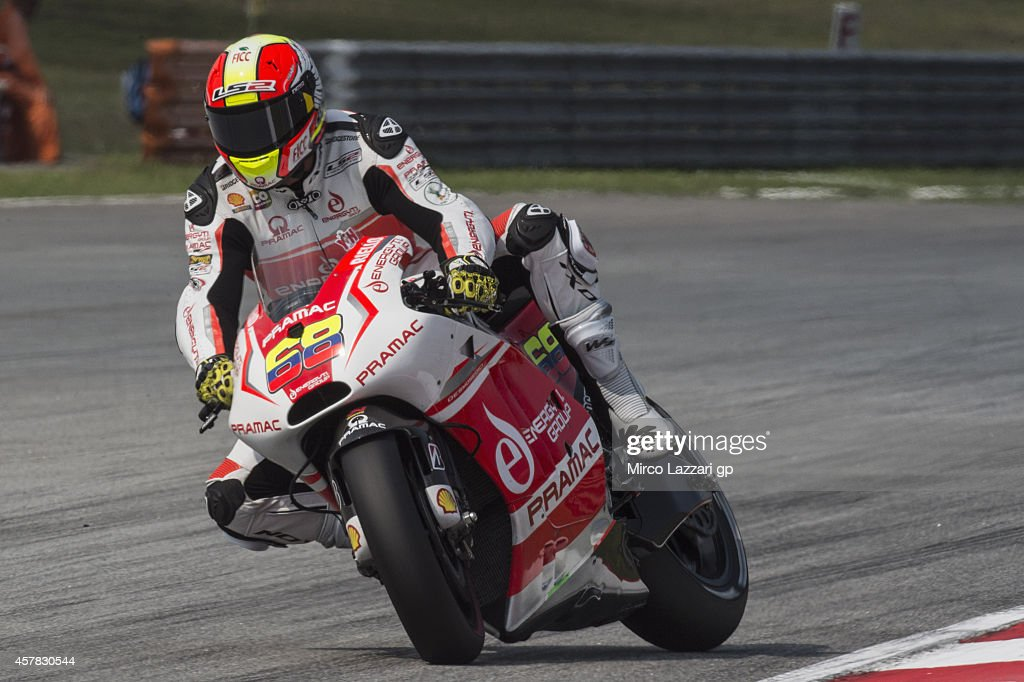 <a gi-track='captionPersonalityLinkClicked' href=/galleries/search?phrase=Nicky+Hayden+-+Piloto+de+motociclismo&family=editorial&specificpeople=227346 ng-click='$event.stopPropagation()'>Nicky Hayden</a> of USA and Drive M7 Aspar heads down a straight during the MotoGP Of Malaysia - Qualifying at Sepang Circuit on October 25, 2014 in Kuala Lumpur, Malaysia.