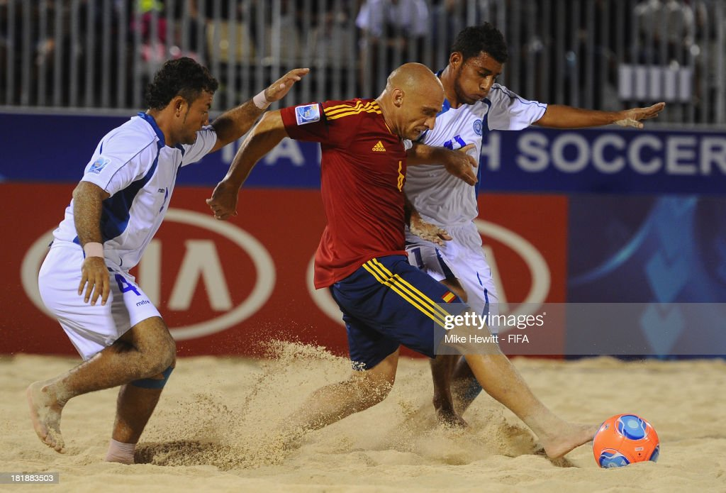 Nico of Spain is challenged by Tomas Hernandez and Frank Velasquez of El Salvador during the FIFA Beach Soccer World Cup Tahiti 2013 Quarter Final match between Spain and El Salvador on at the Tahua To'ata Stadium on September 25, 2013 in Papeete, French Polynesia.