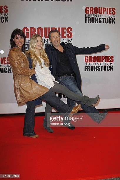 Nicola Tiggeler Und Ehemann Timothy Peach Und Tochter Tiffany Bei Der Deutschlandpremiere Des Kinofilms 'Groupies Bleiben Nicht Zu Frühstück' Im...