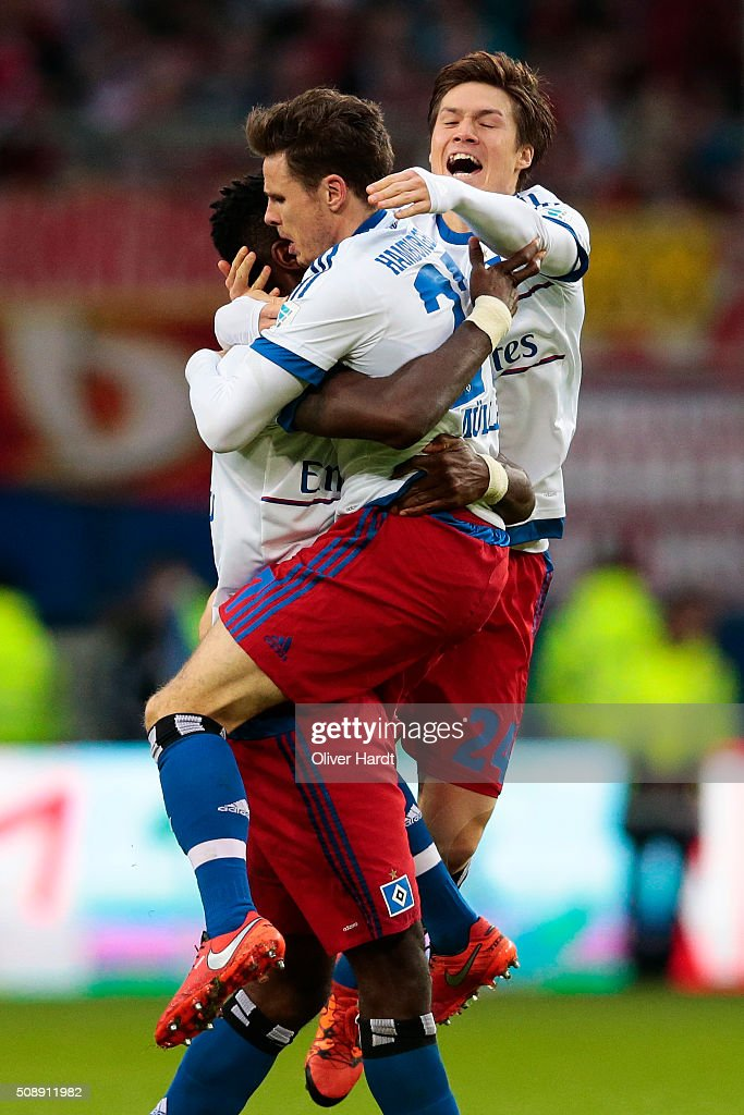 Nicolai Mueller (C) of Hamburg celebrates with teammates after his team's first goal during the First Bundesliga match between Hamburger SV and 1. FC Koeln at Volksparkstadion on February 7, 2016 in Hamburg, Germany.