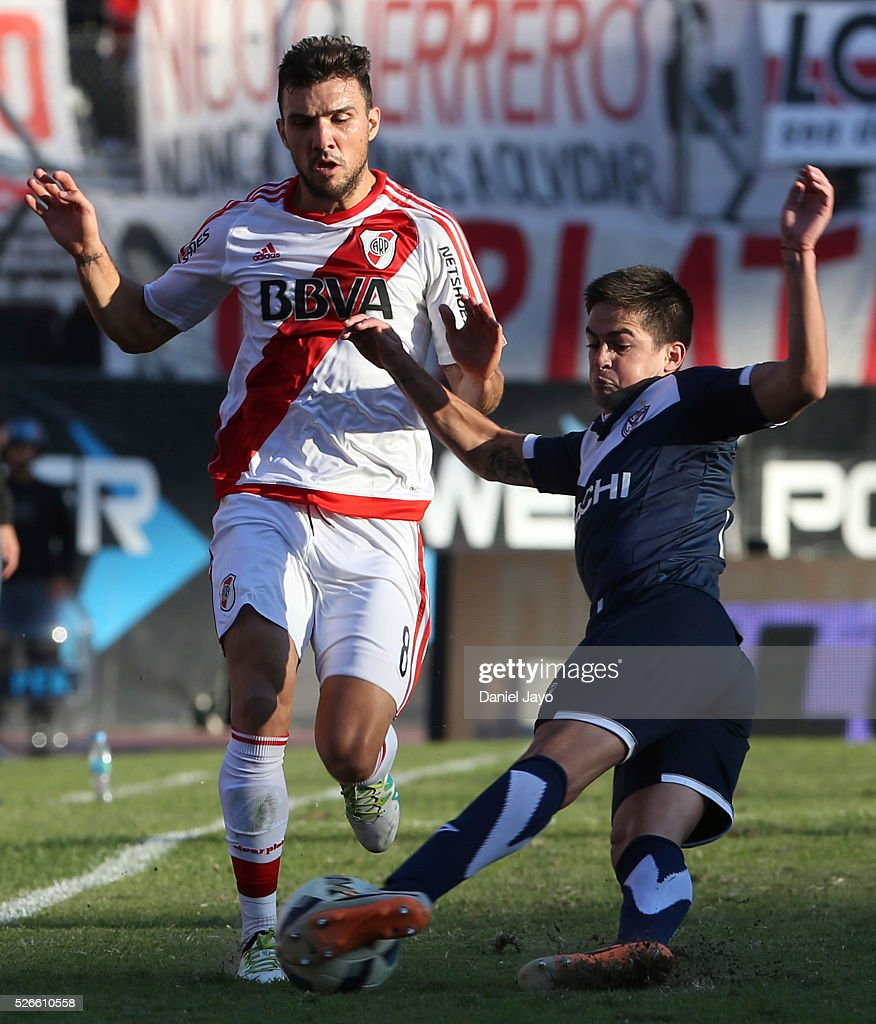 <a gi-track='captionPersonalityLinkClicked' href=/galleries/search?phrase=Nicolas+Bertolo&family=editorial&specificpeople=3937136 ng-click='$event.stopPropagation()'>Nicolas Bertolo</a>, of River Plate, (L) and Hernan Toledo, of Velez Sarsfield, fight for the ball during a match between River Plate and Velez Sarsfield as part of Torneo Transicion 2016 at Antonio Vespucio Liberti Stadium on April 30, 2016 in Buenos Aires, Argentina.