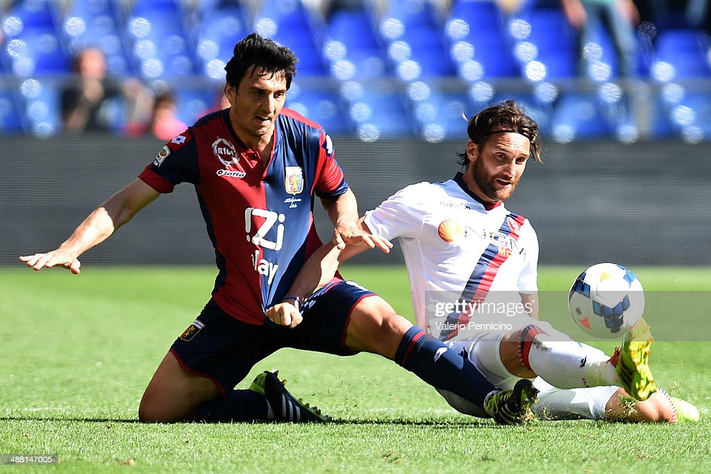 Nicolas Burdisso of Genoa CFC competes with Rolando Bianchi of Bologna FC during the Serie A match between Genoa CFC and Bologna FC at Stadio Luigi...