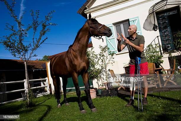 Nicolas Canteloup Victim Of A Horse Fall Lundi aprèsmidi 8 septembre 2008 victime d'une chute de cheval qui lui a fracturé le tibia Nicolas CANTELOUP...