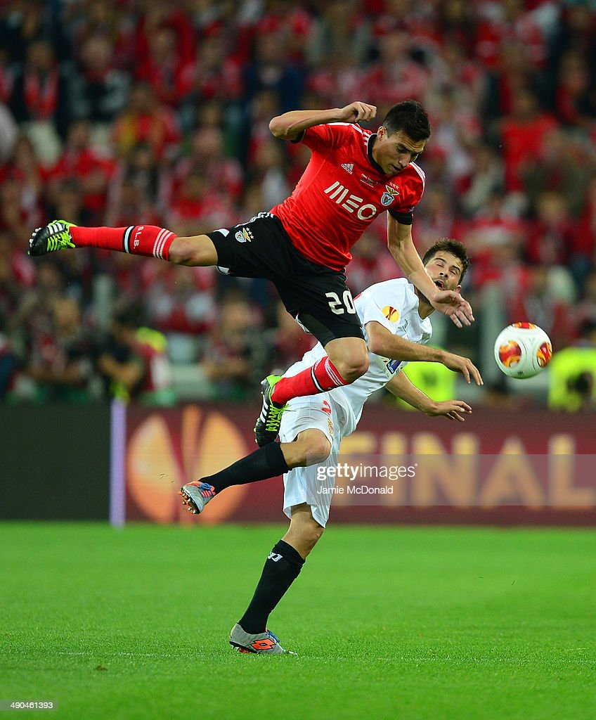 <a gi-track='captionPersonalityLinkClicked' href=/galleries/search?phrase=Nicolas+Gaitan&family=editorial&specificpeople=5538639 ng-click='$event.stopPropagation()'>Nicolas Gaitan</a> of Benfica clashes with Coke of Sevilla during the UEFA Europa League Final match between Sevilla FC and SL Benfica at Juventus Stadium on May 14, 2014 in Turin, Italy.