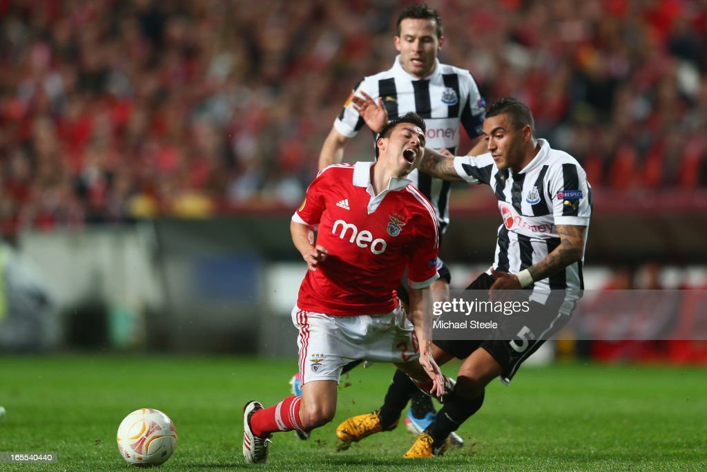 <a gi-track='captionPersonalityLinkClicked' href=/galleries/search?phrase=Nicolas+Gaitan&family=editorial&specificpeople=5538639 ng-click='$event.stopPropagation()'>Nicolas Gaitan</a> (L) of Benfica is fouled by <a gi-track='captionPersonalityLinkClicked' href=/galleries/search?phrase=Danny+Simpson&family=editorial&specificpeople=803074 ng-click='$event.stopPropagation()'>Danny Simpson</a> (R) of Newcastle United during the UEFA Europa League Quarter- Final First Leg match between Benfica and Newcastle United at the Estadio da Luz on April 4, 2013 in Lisbon, Portugal.