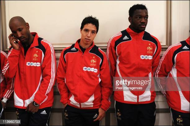 Nicolas Sarkozy visits the French soccer team in Clairefontaine France on June 02 2008From Left to right Nicolas Anelka Samir Nasri and Steve...