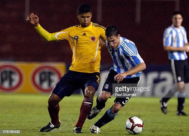 Nicolas Tagliafico de Argentina y Jorge Ramos de Colombia durante un partido en el marco del Sudamericano Sub 20 entre las selecciones de Colombia y...