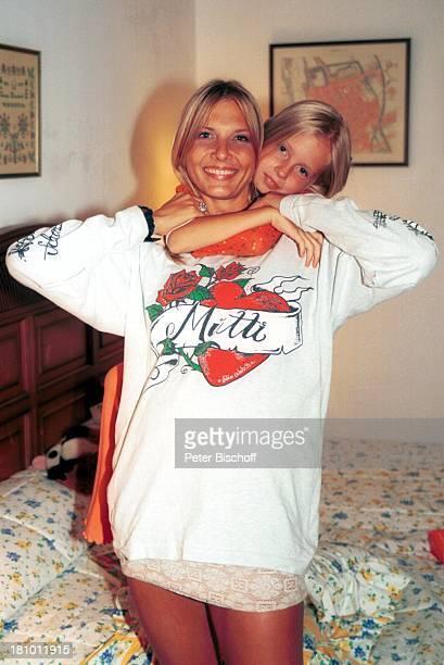 Nicole BelstlerBoettcher Tochter Laura Urlaub auf Mallorca Spanien Balearen Hotelzimmer Bett Umarmung umarmen 'Mutti'Sweatshirt Schauspielerin Promis...
