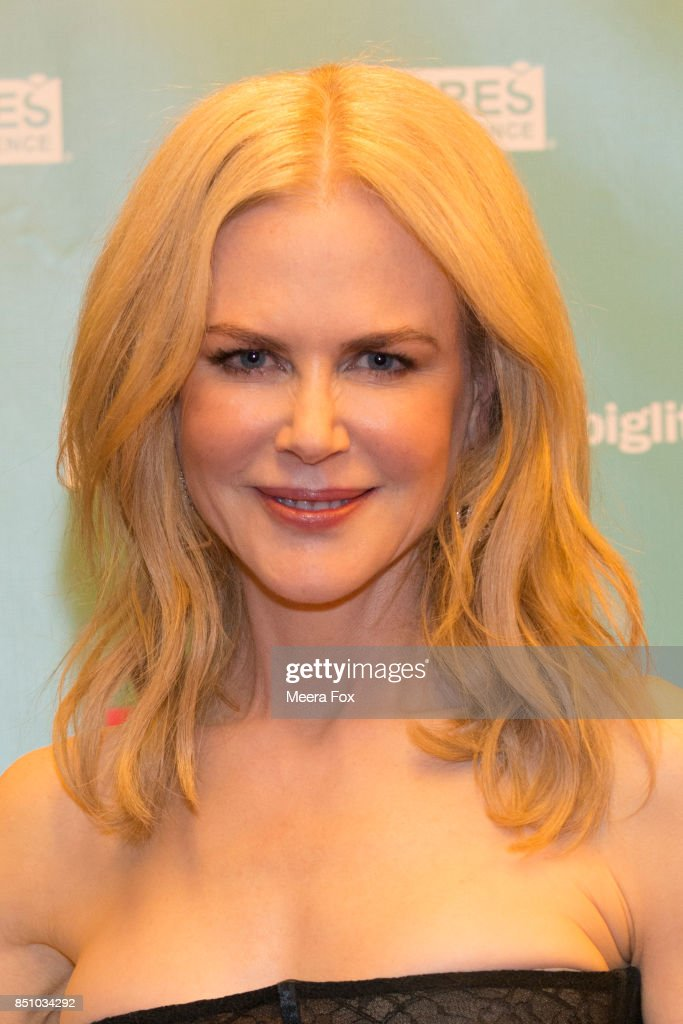 Nicole Kidman greets guests on the red carpet during the Big Little Night event to benefit Futures Without Violence on September 19, 2017 in San Francisco, California.
