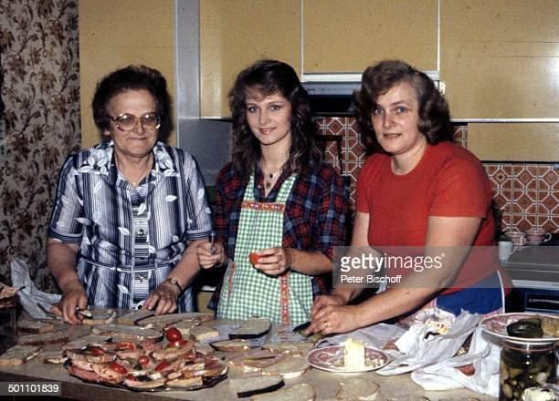 Nicole mit ihrer Mutter Marlies Hohloch und ihrer Großmutter Maria Besuch im Elternhaus Küche Schnittchen scmieren Borot kalte Platte...
