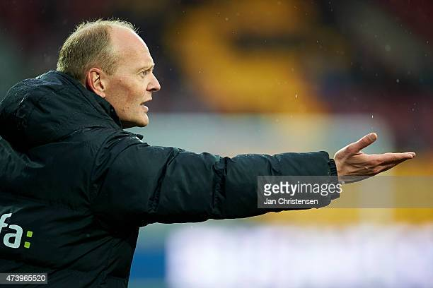 Niels Frederiksen head coach of Esbjerg FB gives instructions during the Danish Alka Superliga match between FC Nordsjalland and Esbjerg fB at Farum...