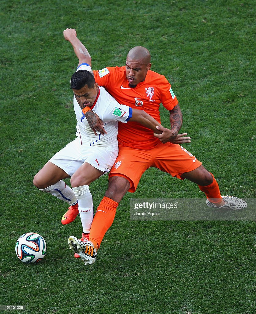 <a gi-track='captionPersonalityLinkClicked' href=/galleries/search?phrase=Nigel+de+Jong&family=editorial&specificpeople=579818 ng-click='$event.stopPropagation()'>Nigel de Jong</a> of the Netherlands and Alexis Sanchez of Chile battle for the ball during the 2014 FIFA World Cup Brazil Group B match between the Netherlands and Chile at Arena de Sao Paulo on June 23, 2014 in Sao Paulo, Brazil.