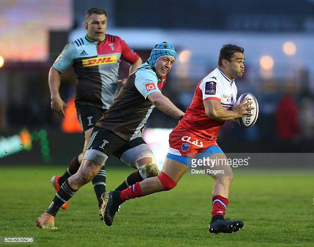 Nigel Hunt of Grenoble breaks away from Joe Gray during the European Rugby Challenge Cup semi final match between Harlequins and Grenoble at...