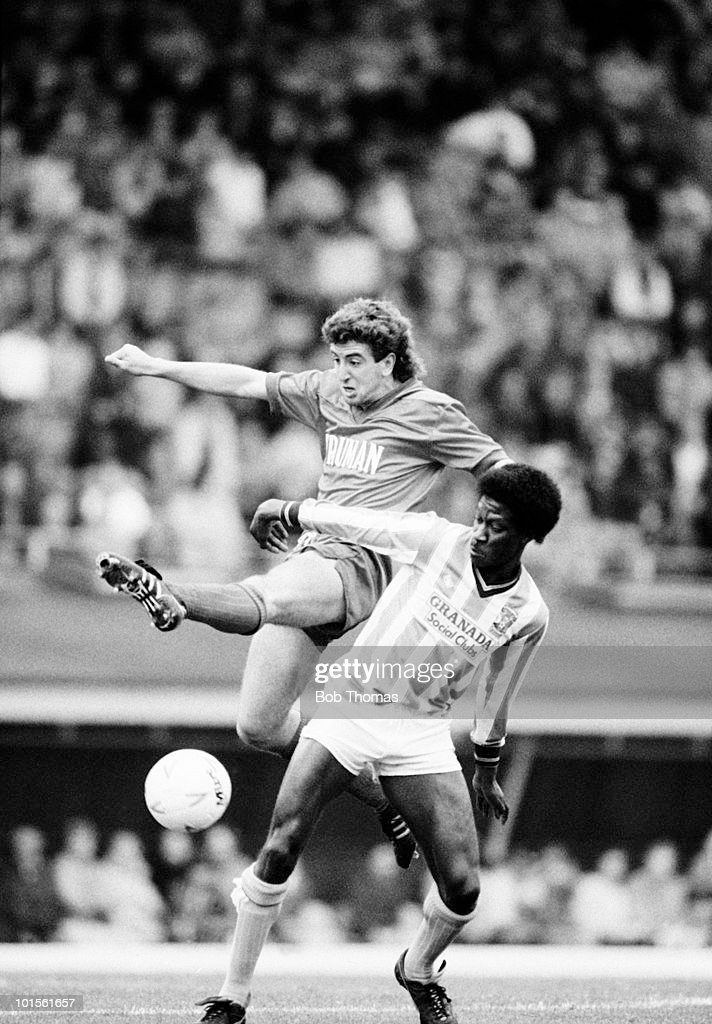 Nigel Winterburn of Wimbeldon (left) clashes with Dave Bennett of Coventry City during their Division One football match held at Highfield Road, Coventry on 19th October 1986. Coventry City beat Wimbledon 1-0. (Bob Thomas/Getty Images).
