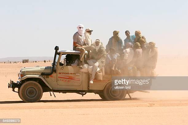 NER Niger Agadez Ein PickUp mit 31 Personen auf den Weg nach Libyen in der Wueste ausserhalb von Arlit Die Reise von Arlit bis nach Libyen dauert 7...