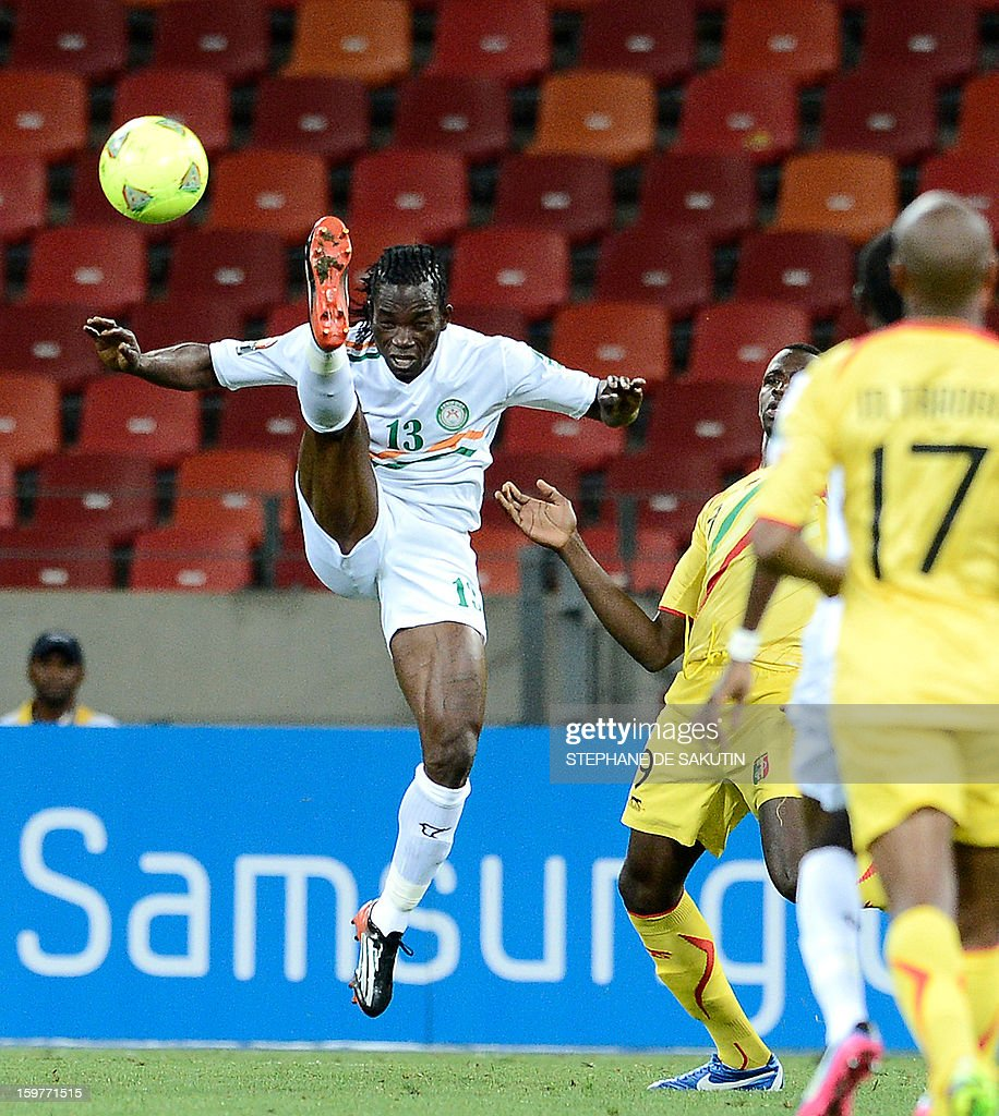 Niger defender Mohamed Chicoto (L) fights for the ball with Mali forward Cheick Tidiane Diabate on January 20, 2013 during a 2013 Africa Cup of Nations football match at the Nelson Mandela Bay stadium in Port Elizabeth.