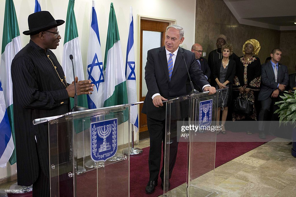 Nigerian President Goodluck Jonathan (L) and Israeli Prime Minister Benjamin Netanyahu (C) speak during a joint press conference on October 28, 2013, at the Prime Minister's Office in Jerusalem. AFP PHOTO/POOL/ABIR SULTAN