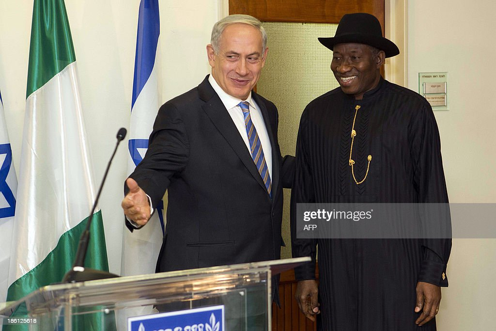 Nigerian President Goodluck Jonathan (R) meets with Israeli Prime Minister Benjamin Netanyahu (L) on October 28, 2013, at the Prime Minister's Office in Jerusalem.