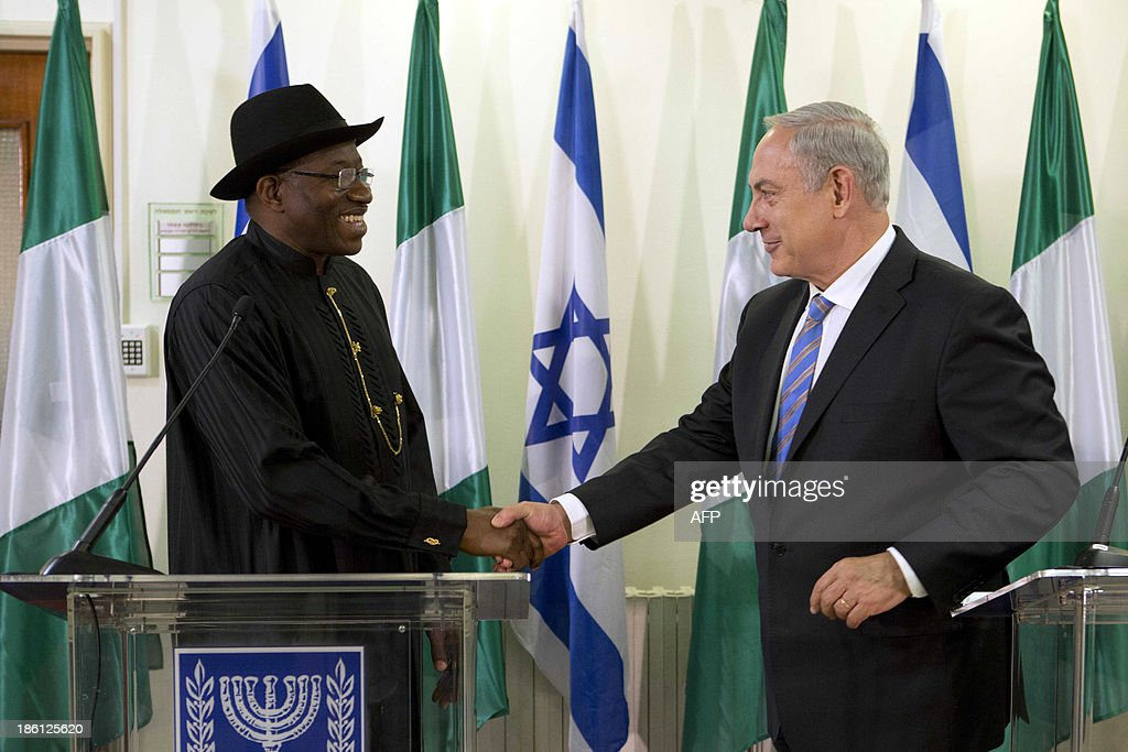 Nigerian President Goodluck Jonathan (L) meets with Israeli Prime Minister Benjamin Netanyahu (R) on October 28, 2013, at the Prime Minister's Office in Jerusalem. AFP PHOTO/POOL/ABIR SULTAN