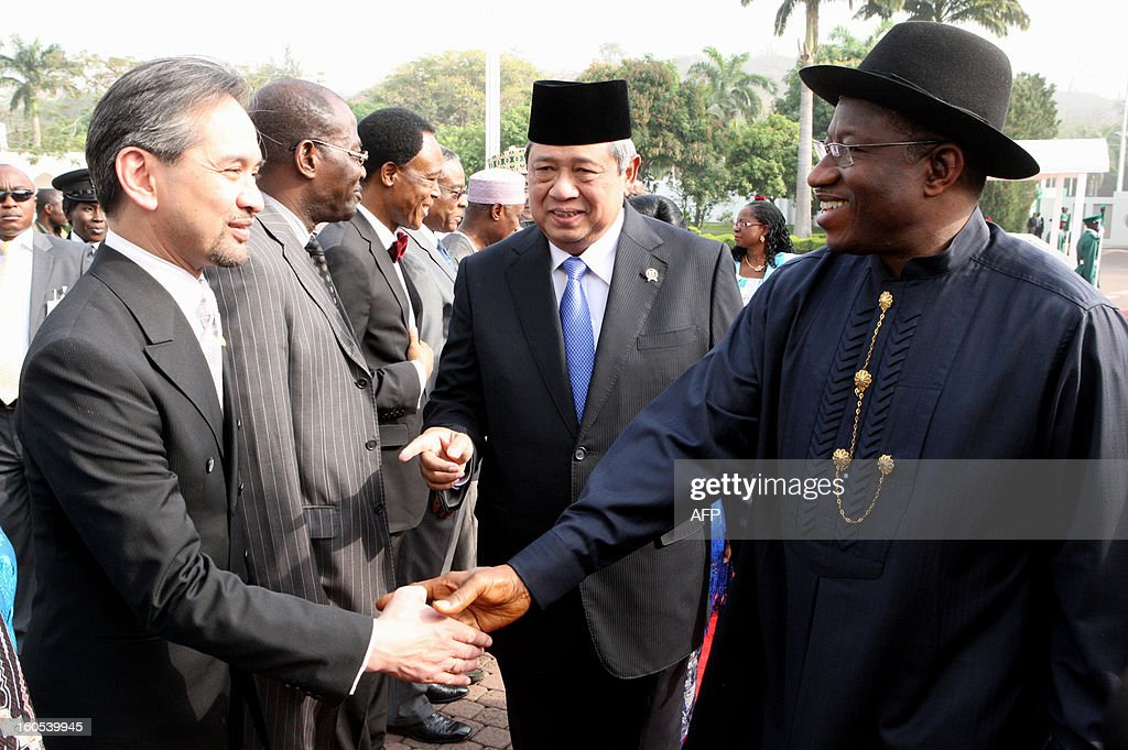 Nigerian President Goodluck Jonathan (R) shakes hands with Indonesian Foreign Affairs Minister Marty Matalegawa (L) next to Indonesian President Susilo Bambang Yudhoyono (C) during a visit in Abuja on February 2, 2013. AFP PHOTO/WOLE EMMANUEL