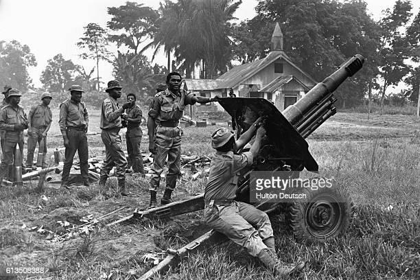 Nigerian soldiers fire a field gun in Port Harcourt Nigeria during the Biafran War