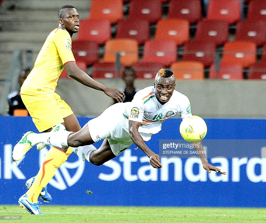 Niger's defender Koffi Dan Kowa (R) and Mali's forward Cheick Tidiane Diabate eye the ball during the 2013 Africa Cup of Nations football match at Nelson Mandela Bay Stadium in Port Elizabeth on January 20, 2013.