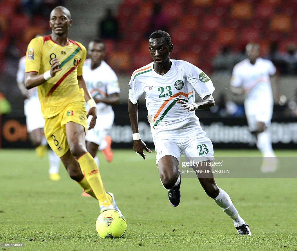 Niger's defender Mohamed Soumaila (R) fights for the ball with Mali's midfielder Kalilou Traore (L) during the 2013 Africa Cup of Nations football match at Nelson Mandela Bay Stadium in Port Elizabeth on January 20, 2013.