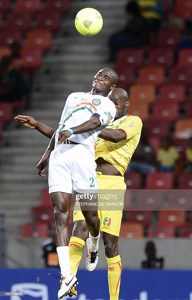 Niger's forward Moussa Maazou (L) vies with Mali's midfielder Momo Sissoko (R) during the 2013 Africa Cup of Nations football match at Nelson Mandela Bay Stadium in Port Elizabeth on January 20, 2013. AFP PHOTO / STEPHANE DE SAKUTIN