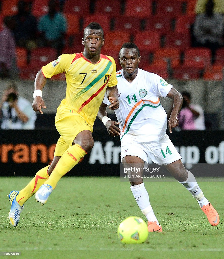 Niger's midfielder Issoufou Boubacar (R) fights for the ball with Mali's forward Cheick Fantamady Diarra (L) during the 2013 Africa Cup of Nations football match at Nelson Mandela Bay Stadium in Port Elizabeth on January 20, 2013.