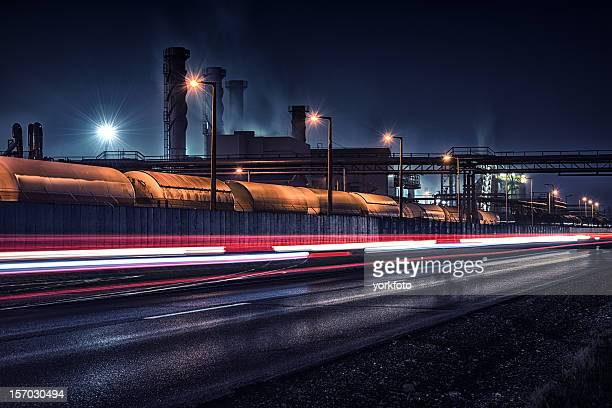 夜の化学工場